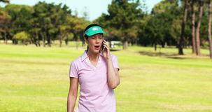 jugador-de-golf-femenino-que-habla-en-el-teléfono-móvil-mientras-que-juega-golf-79416808